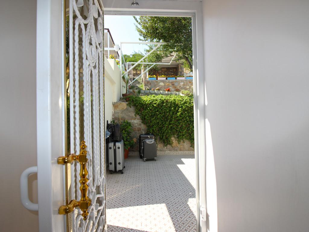 Otel arka bahçe giriş kapısı