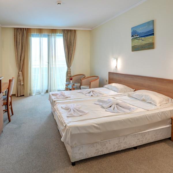 Двухместный номер с видом на море и двойной кроватью