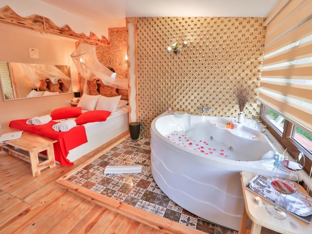 Deluxe Suite Spa Küvetli, Şömine Isıtıcılı ve Balkonlu Oda